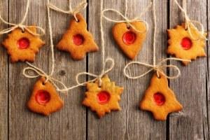 Kerstmis-zelfgemaakte-peperkoek-koekjes-over-houten-tafel